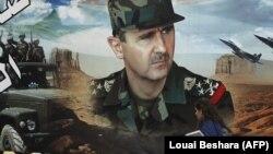 شهروند سوری از برابر پوستر بشار اسد در شهر قدیم دمشق میگذرد