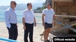 Сергій Ілаш (ліворуч) контролює знесення парканів на ялтинських пляжах (фото прес-служби кримської організації Партії регіонів)