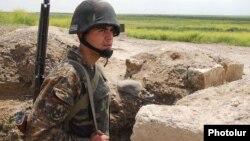 Ղարաբաղի Պաշտպանության բանակի զինվորը դիրքերում, արխիվ