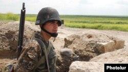 Военнослужащий Армии обороны Нагорного Карабаха на боевой позиции (архив)