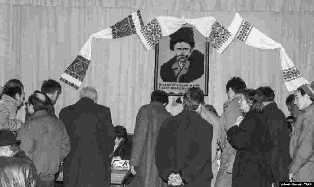 «Спостерігачем» на виборчій дільниці в Москві був Тарас Шевченко– щоправда, він лише із портрета дивився, як народ підтримує незалежність Української держави