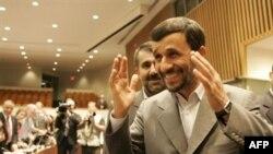 او بعد از کنفرانس خبری اش به هتل آمريکايی «اينترکنتيننتال» که شعبه تهران آن، پس از انقلاب تعطيل شده، رفت تا با جمع بزرگی از روزنامه نگاران برجسته آمريکايی که از سوی دولت جمهوری اسلامی دعوت شده بودند، شام بخورد.