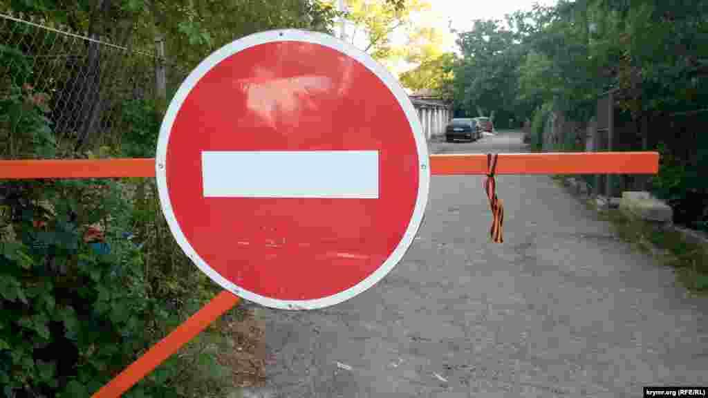 А запрещенные в Украине георгиевские ленточки в Севастополе развешивали где придется