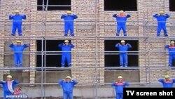 «Денсаулық пен бақыт аптасы» кезінде жаттығу жасап тұрған жұмысшылар. (Түркіменстан телеарнасы видеосының скриншоты).