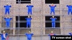 Строители, задействованные в мероприятиях Недели здоровья и счастья. Кадр программы одного из каналов Туркменистана.
