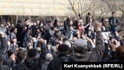 Жиынға келген адамдар. Алматы, 24 наурыз 2012 жыл.