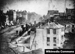 Бульвар дю Тампль. Дагерротип 1838 года, сделанный самим изобретателем фотографии Луи Даггером. Считается самой ранней фотографией Парижа. 1838 – год, когда граф Монте-Кристо появился в Париже.