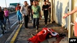 Босфор бұғазы арқылы өтетін көпір маңында қаза тапқан адамның денесінің жанында тұрғандар. Стамбул, 16 шілде 2016 жыл.