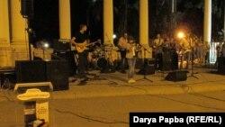 Все группы, исполнители и звукорежиссеры, которые участвовали в концерте, работали совершенно безвозмездно. В итоге получился теплый и приятный музыкальный вечер