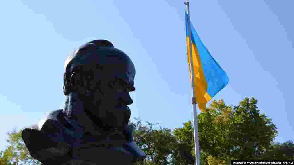 Український прапор на тлі пам'ятника Шевченку, 2013 рік