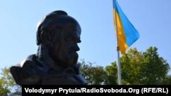 Флаг Украины возле памятника Тарасу Шевченко в Симферополе. 23 августа 2013 года