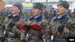 Монгольские новобранцы внаши дни, читая текст присяги, клянутся в верности памяти Чингисхана