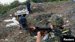 Украинские военные проверяют позиции в районе деревни Семеновка под Славянском, 14 июля 2014 года.