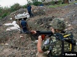 Український військовий прикриває саперів, Семенівка, 14 липня 2014 року