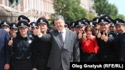 Поліцейські під час присяги разом з президентом Петром Порошенком, Київ, 4 липня 2015 рік