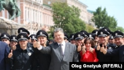 Полицейские во время присяги вместе с президентом Петром Порошенко, Киев, 4 июля 2015 года