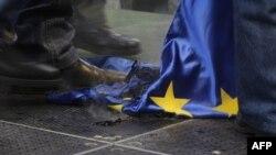 Угорські демонстранти спалили та розтоптали прапор ЄС, Будапешт, січень 2012 року.