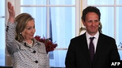Тимоти Гайтнер (справа) и Хиллари Клинтон, Вашингтон, 9 мая 2011