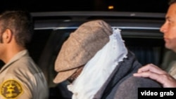 Марк Бассели Юсуфті тергеуге әкетіп барады. Лос-Анжелес, 15 қыркүйек 2012 жыл.