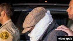 Марк Бассели Юсуфті тергеуге әкетіп барады. Лос-Анджелес, 15 қыркүйек 2012 жыл. (Көрнекі сурет).