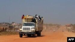 گروهی از شهروندان سودان جنوبی در حال فرار از جوبا، پایتخت سودان جنوبی
