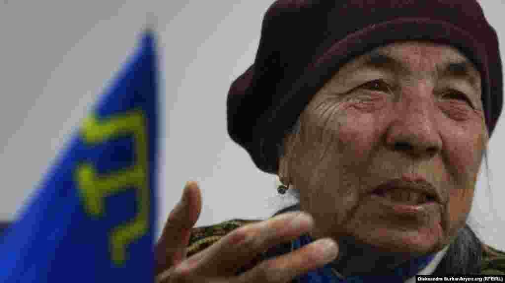 Грудень 2019. Кримськотатарський прапор на столі поруч із ветераном національного руху Айше Сейтмуратовою. Вона опинилася в депортації семирічною дівчинкою. А спроби повернутися до Криму свого часу закінчилися перебуванням у Лефортовській в'язниці та трьома роками колонії. Детальніше про історію її життя читайте тут