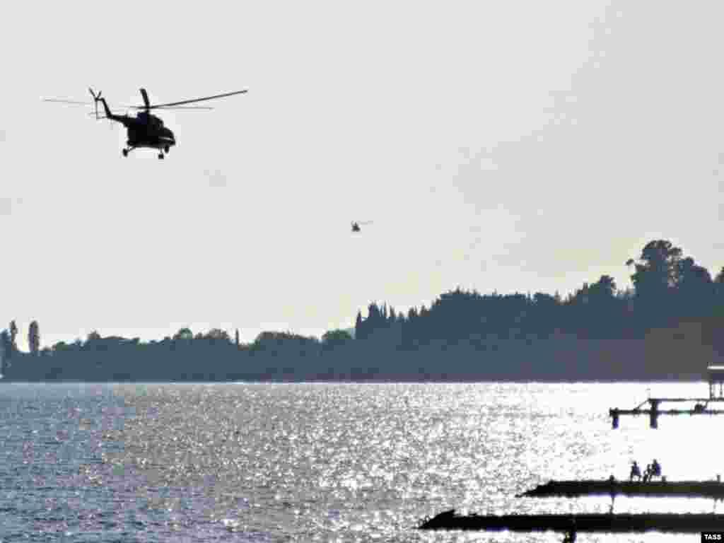 Ruski helikopter prelijeće obalu Crnog mora, Abhazija - Ruski helikopter prelijeće obalu Crnog mora, Abhazija