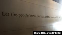 """""""Дайте людям возможность знать факты, и страна будет в безопасности"""". Авраам Линкольн, Музей прессы"""