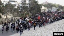 Бахрейнде үкіметке қарсы шеруге шыққандар. Будайя провинциясы, 13 ақпан 2012 жыл. (Көрнекі сурет).