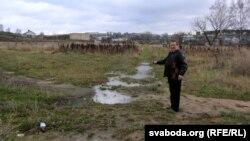 Георгі Каржанеўскі паказвае на месца масавых расстрэлаў