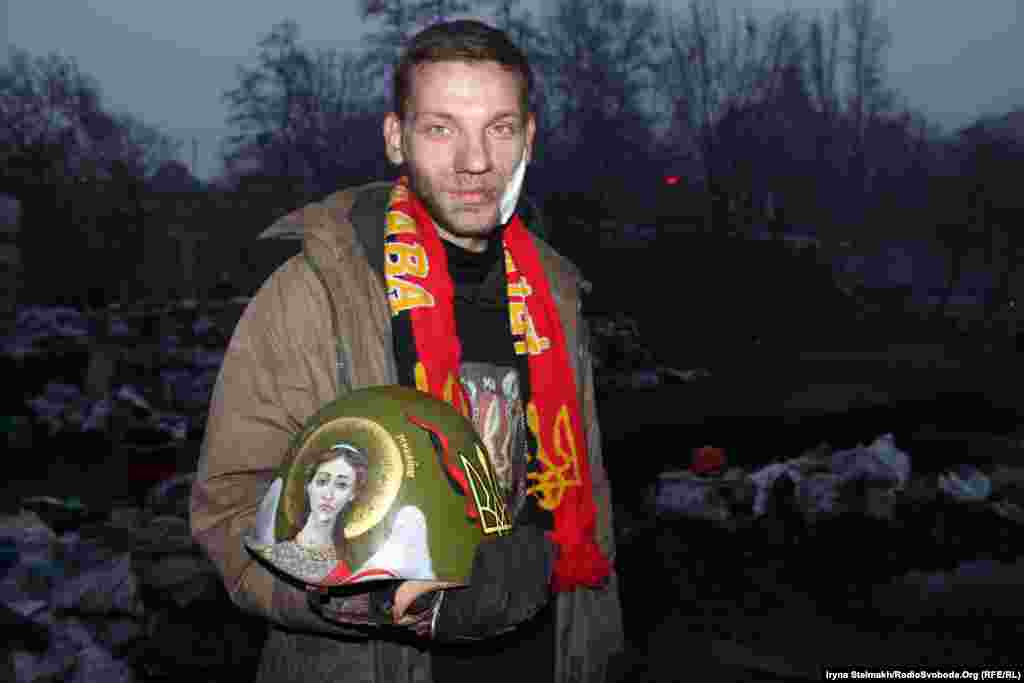 Активіст Самооборони Майдану Ярослав з Коломиї з шоломом, який йому розмалювала художниця в Українському домі