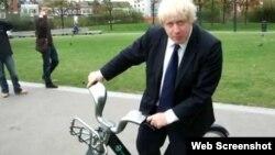Londonski gradonačelnik Boris Johnson na biciklu