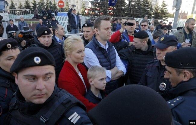 Алексей Навальный с женой и сыном на митинге против реновации