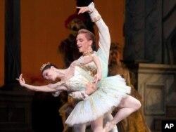 """Natalia Osipova și David Hallberg în """"Frumoasa din pădurea adormită"""", montată la New York în 2010"""