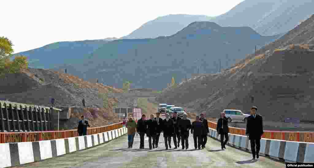 Начало строительства альтернативной дороги, соединяющей север и юг страны, заложено в Жумгальском районе Нарынской области