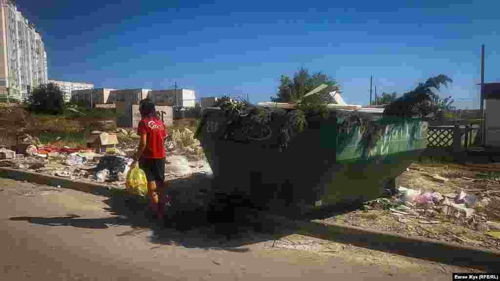 Контейнер-«лодка» переполнен, мусор бросают на землю рядом
