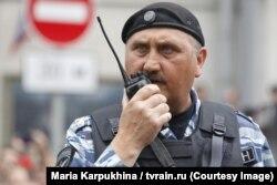 Колишній командир спецпідрозділу «Беркут» Сергій Кусюк у формі ОМОНу на мітингу в Москві, 12 червня 2017 року