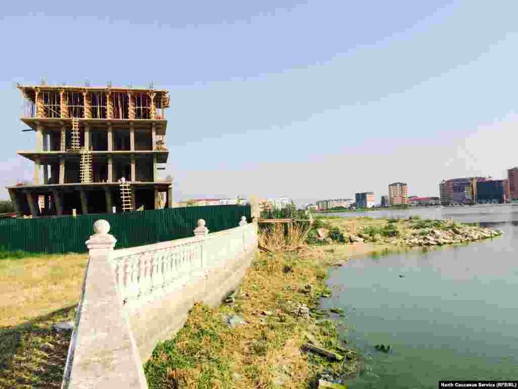 """Торгово-развлекательный комплекс """"Ривьера"""" в виде корабля. Застройщик вдохновился архитектурой города Дубаи и строит его по типу Burj Al Arab"""