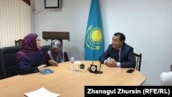 Замакима Актюбинской области Марат Тогжанов и родительница Гульжан Сабенова (первая слева).