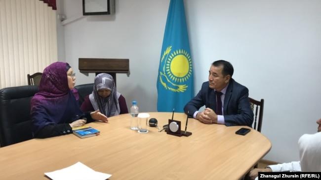 Zamenik guvernera Aktjubinske oblasti Marat Tokžanov (desno) na sastanku s roditeljima, među kojima je Gulžan Sabenova (levo), 29. avgust