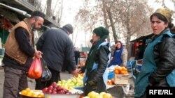 Душанбе бозорларида озиқ-овқат нархларининг тобора ошиб бораётгани сотувчиларни ҳам, харидорларини ҳам хурсанд қилаётгани йўқ.