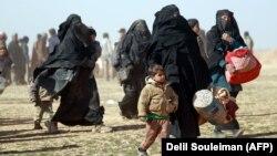 گروهی از مردم منطقه تحت تصرف داعش در سوریه در حال فرار از نبردهای تازه