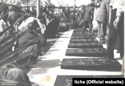 نثار گل بر مزار کشتهشدگان قیام ۳۰ تیر