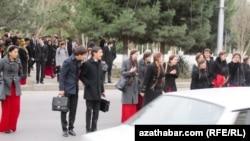 Ашхабадские студенты (архивное фото)