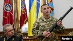 Ուկրաինացի բարձրաստիճան զինվորականները Կիևում ասուլիսի ժամանակ ցույց են տալիս ձերբակալված ռուս զինծառայողներից առգրավված զենքը, 18-ը մայիսի, 2015թ․