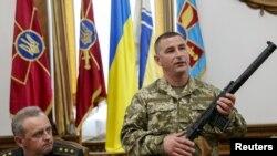 Украинский офицер демонстрирует журналистам оружие, захваченное, по его словам, у российских солдат (18 мая 2015 г.)