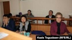 В суде по делу обвиняемых в разжигании розни Серикжана Мамбеталина (на втором плане справа) и Ермека Нарымбаева (на втором плане слева). Алматы, 18 января 2016 года.