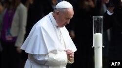 Папа римский во время молитвы по погибшим в результате терактов 11 сентября