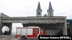 Vatrogasci ispred crkve u Petričevcu, dva dana uoči Uskrsa.