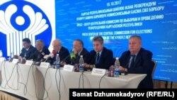 Миссия наблюдателей СНГ на пресс-конференции после выборов президента. Бишкек, 16 октября 2017 года.
